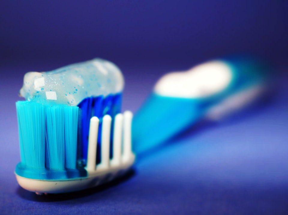 Come eliminare la placca dentale con dieci buone azioni quotidiane.
